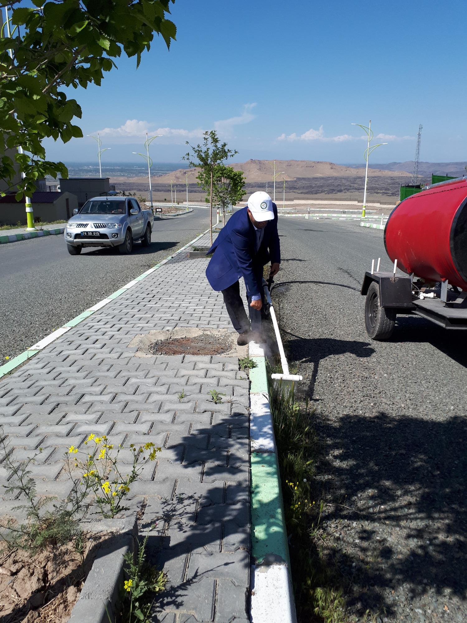 Üniversitemiz Şehit Bülent Yurtseven Kampüs Alanında Bulunan Yabancı Otlar Termal Yöntemlerle Kontrol Ediliyor