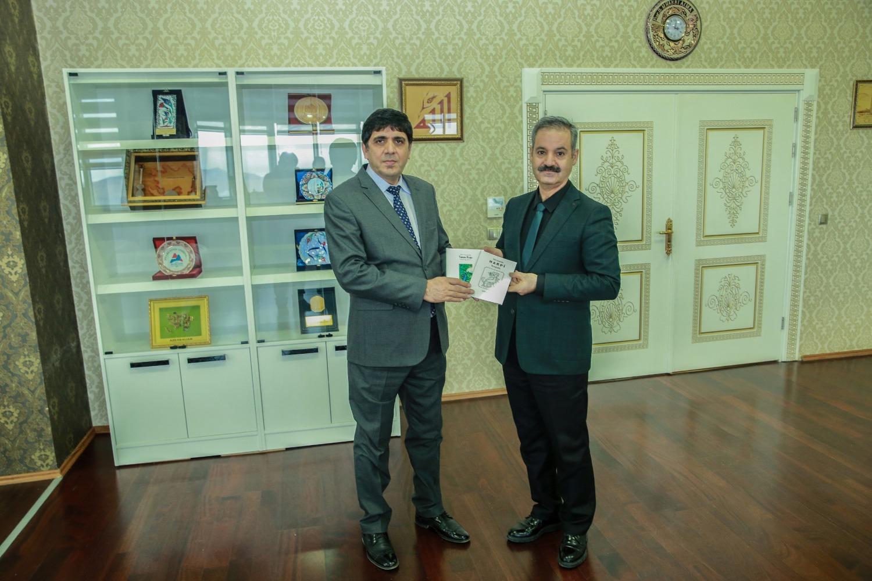 Güzel Sanatlar Fakültesi Dekanı Prof. Dr. Yusuf Çetin Rektör Alma'ya Kitap Hediye Etti