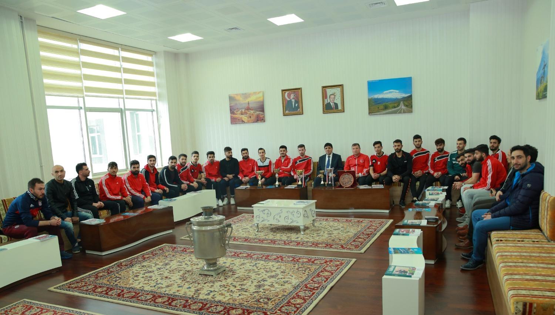 Üniversitelerarası Müsabakalarda 2. Olan Salon Futbol Takımımız Rektörümüzü ziyaret etti