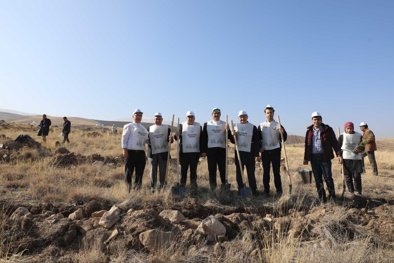 """""""Geleceğe Nefes Ol"""" Kampanyası: Yüzlerce Fidan Üniversitemizde Toprakla Buluştu"""