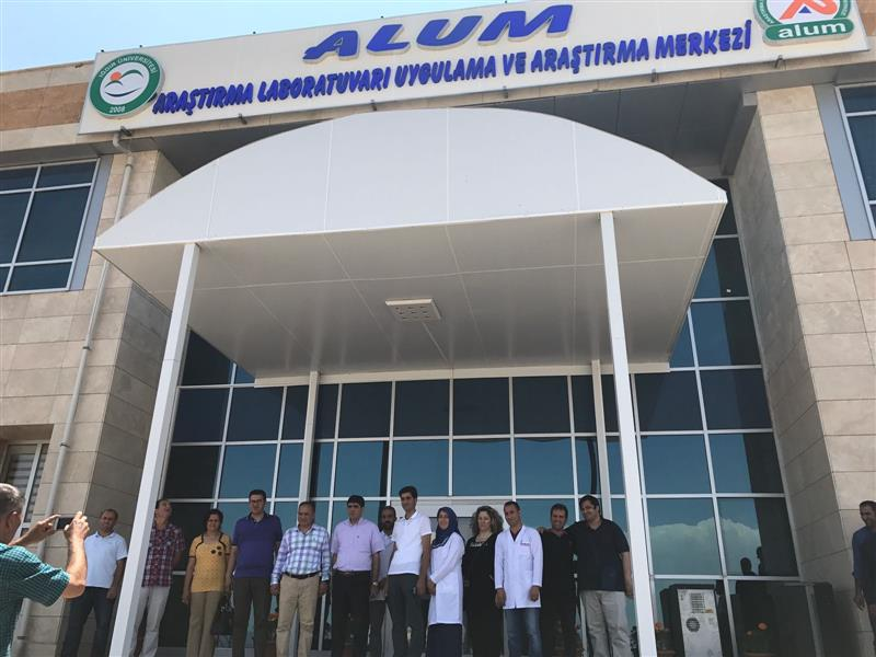 Rektör Alma ve  Iğdır İl Gıda Tarım ve Hayvancılık Müdürü Özkan YOLCU ile birlikte  Araştırma Laboratuvarı Uygulama ve Araştırma Merkezinde(Alum) İncelemelerde Bulundular